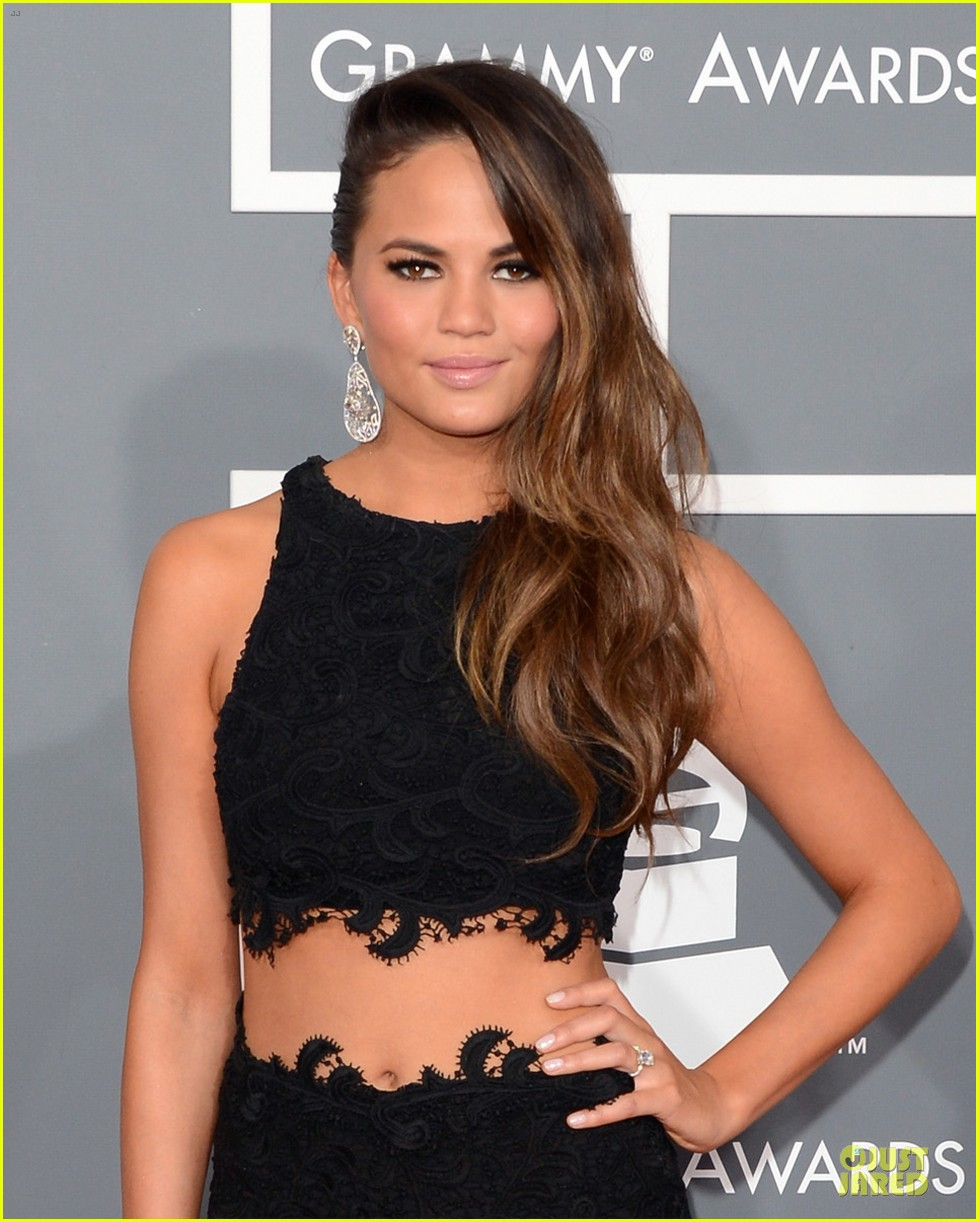 chrissy teigen john legend grammys 2013 red carpet 04
