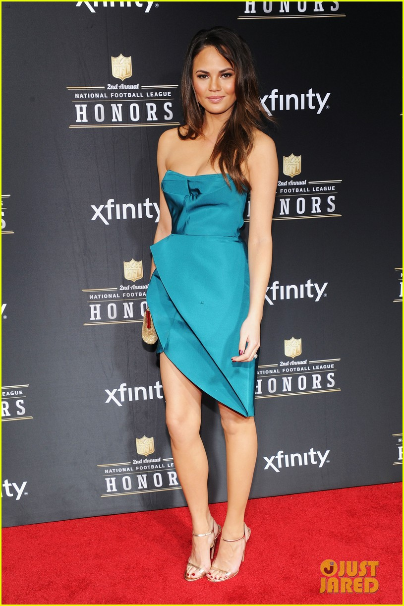 chrissy teigen hilaria thomas wear same dress to nfl honors 2013 012803515