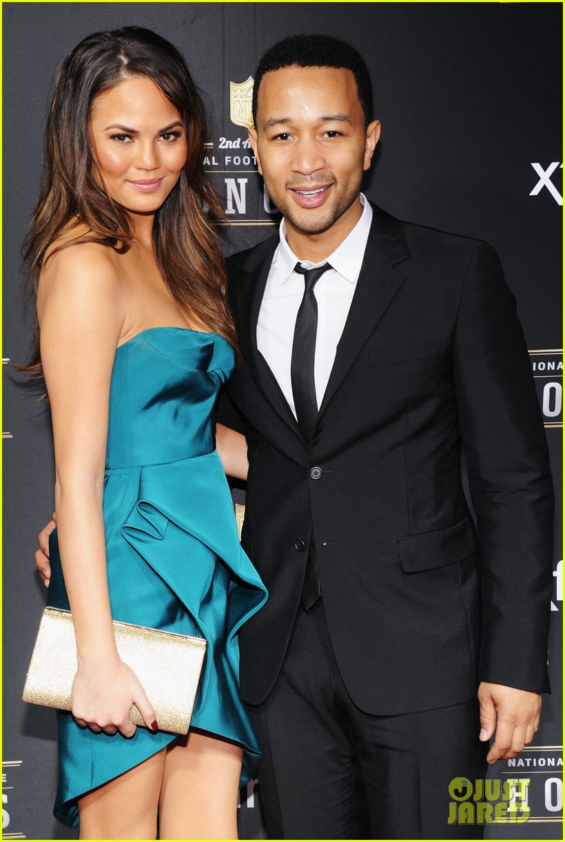 chrissy teigen hilaria thomas wear same dress to nfl honors 2013 022803516
