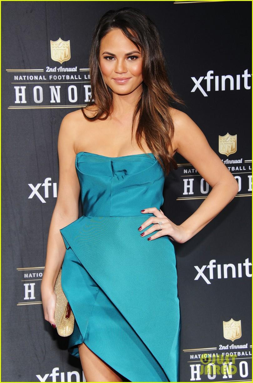 chrissy teigen hilaria thomas wear same dress to nfl honors 2013 072803521