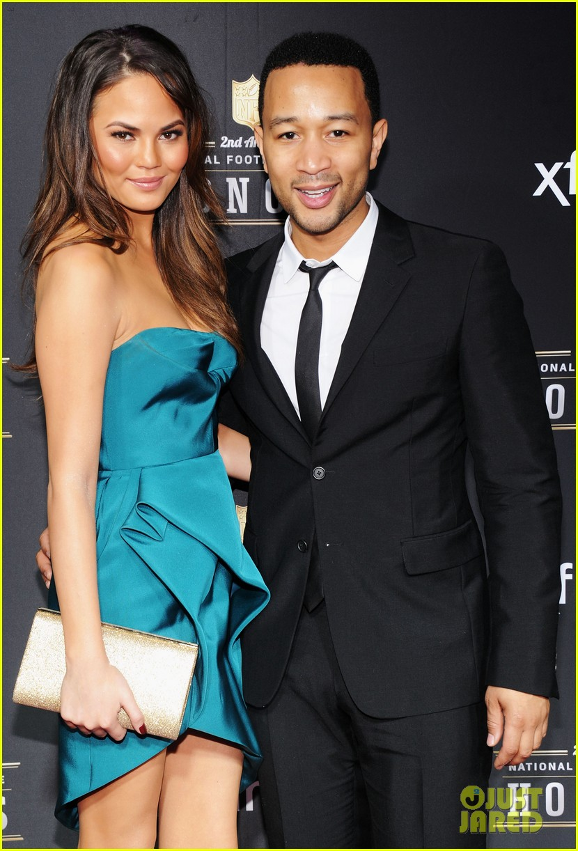 chrissy teigen hilaria thomas wear same dress to nfl honors 2013 082803522