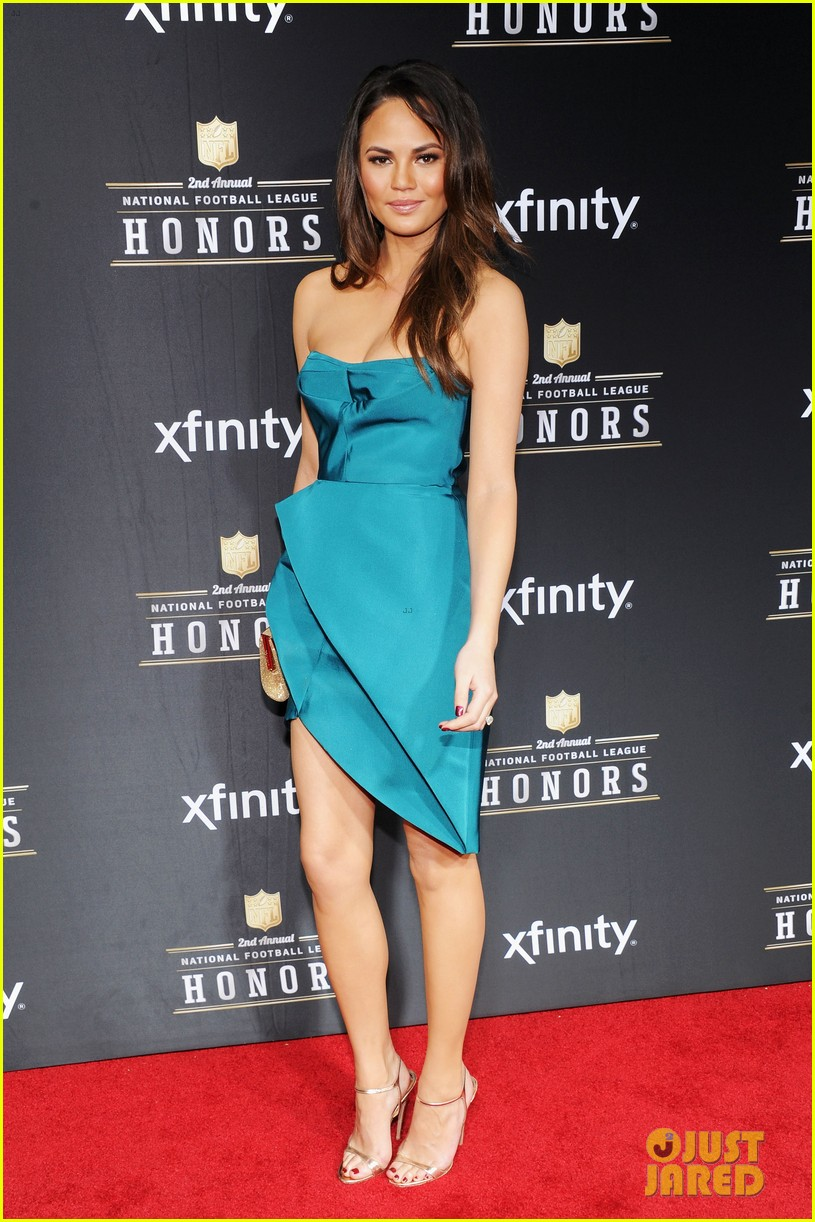 chrissy teigen hilaria thomas wear same dress to nfl honors 2013 092803523