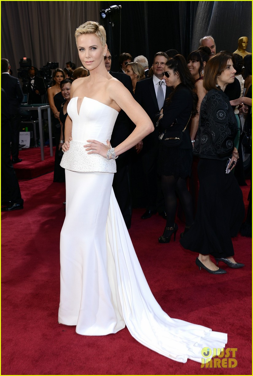 charlize theron oscars 2013 red carpet 012819084