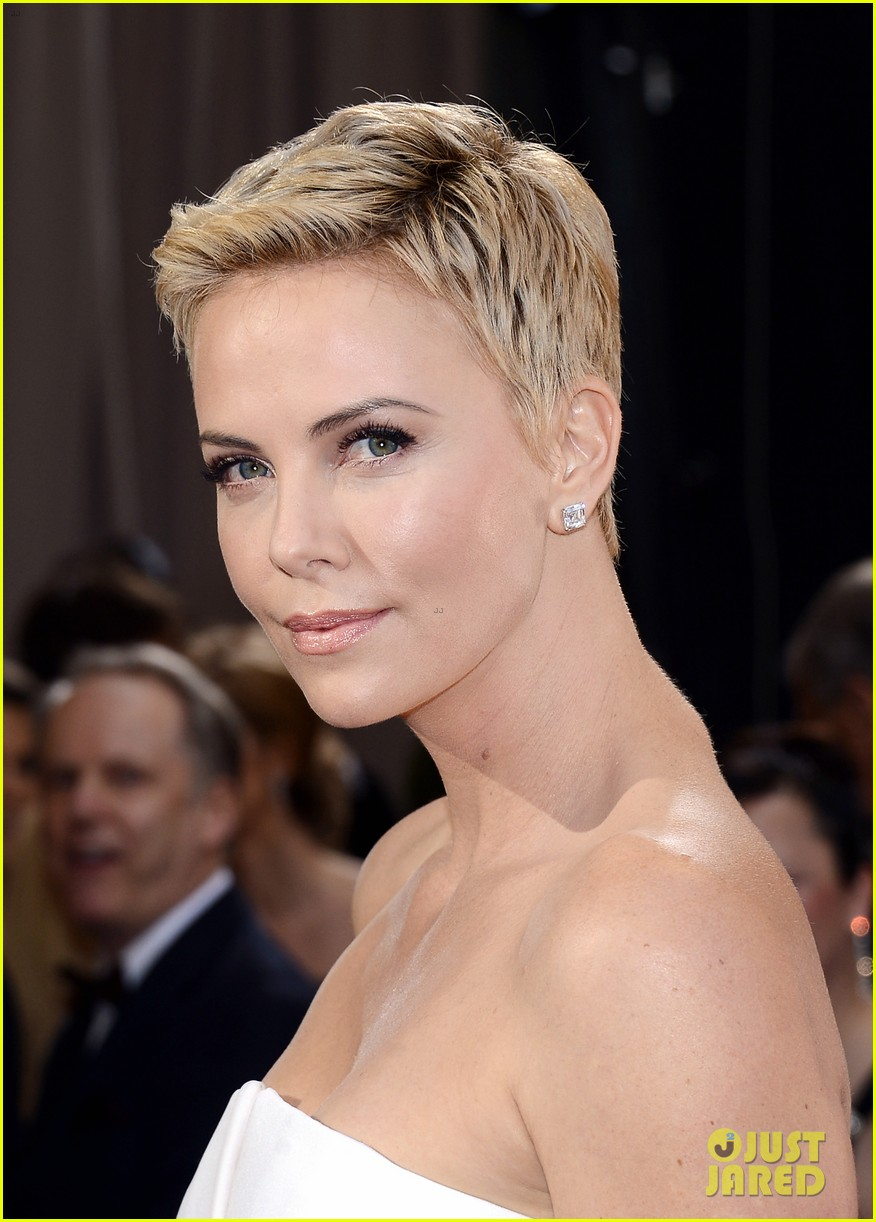 charlize theron oscars 2013 red carpet 022819085