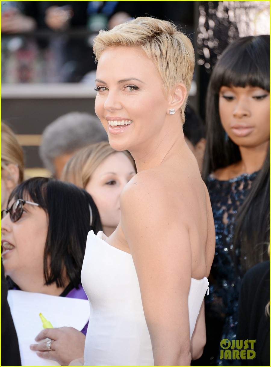 charlize theron oscars 2013 red carpet 042819087
