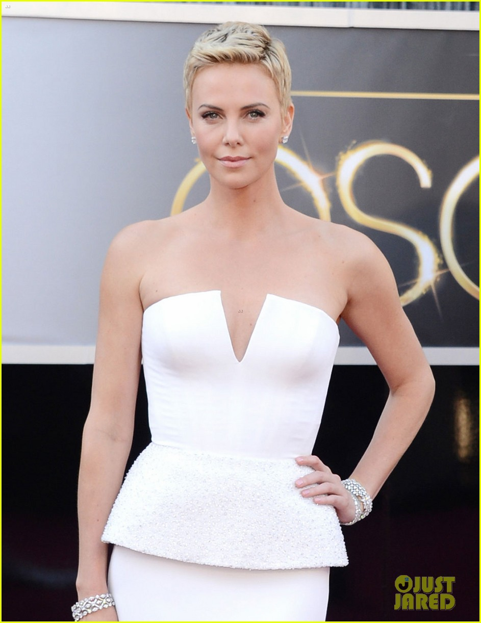 charlize theron oscars 2013 red carpet 06