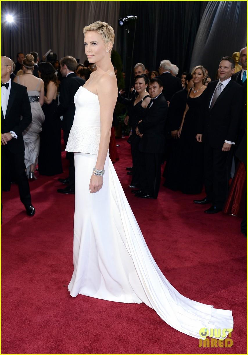 charlize theron oscars 2013 red carpet 102819093