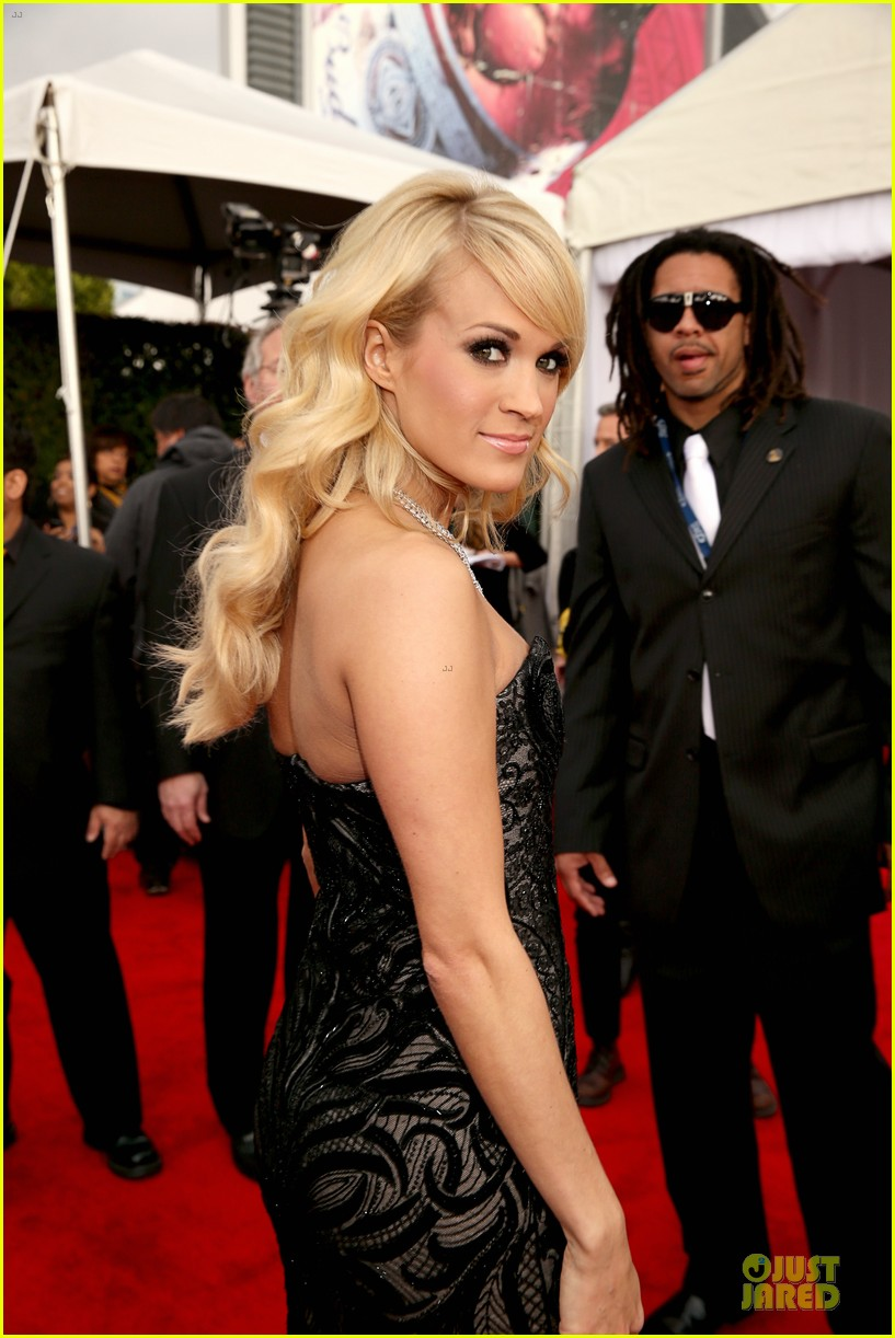 carrie underwood grammys 2013 red carpet 02
