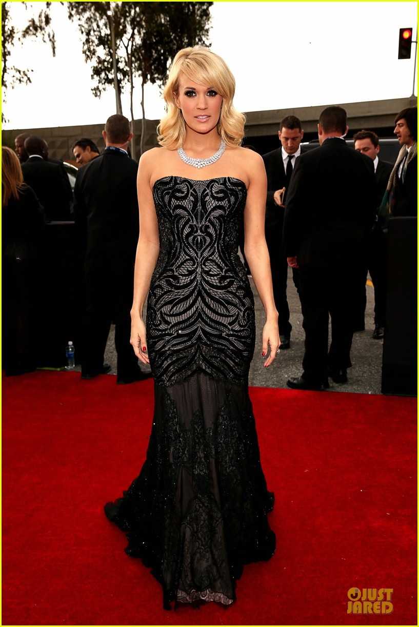 carrie underwood grammys 2013 red carpet 03