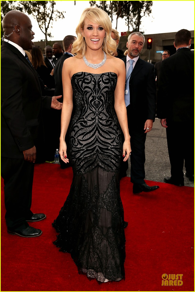 carrie underwood grammys 2013 red carpet 04