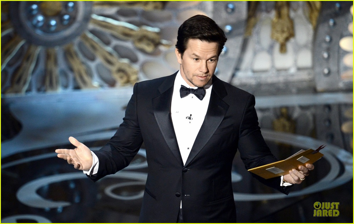 mark wahlberg oscars 2013 presenter 02
