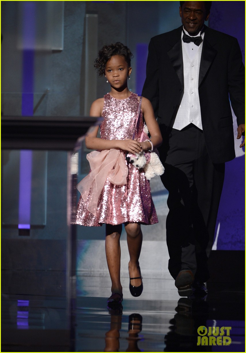 quvenzhane wallis accepts viola davis naacp award 012802857