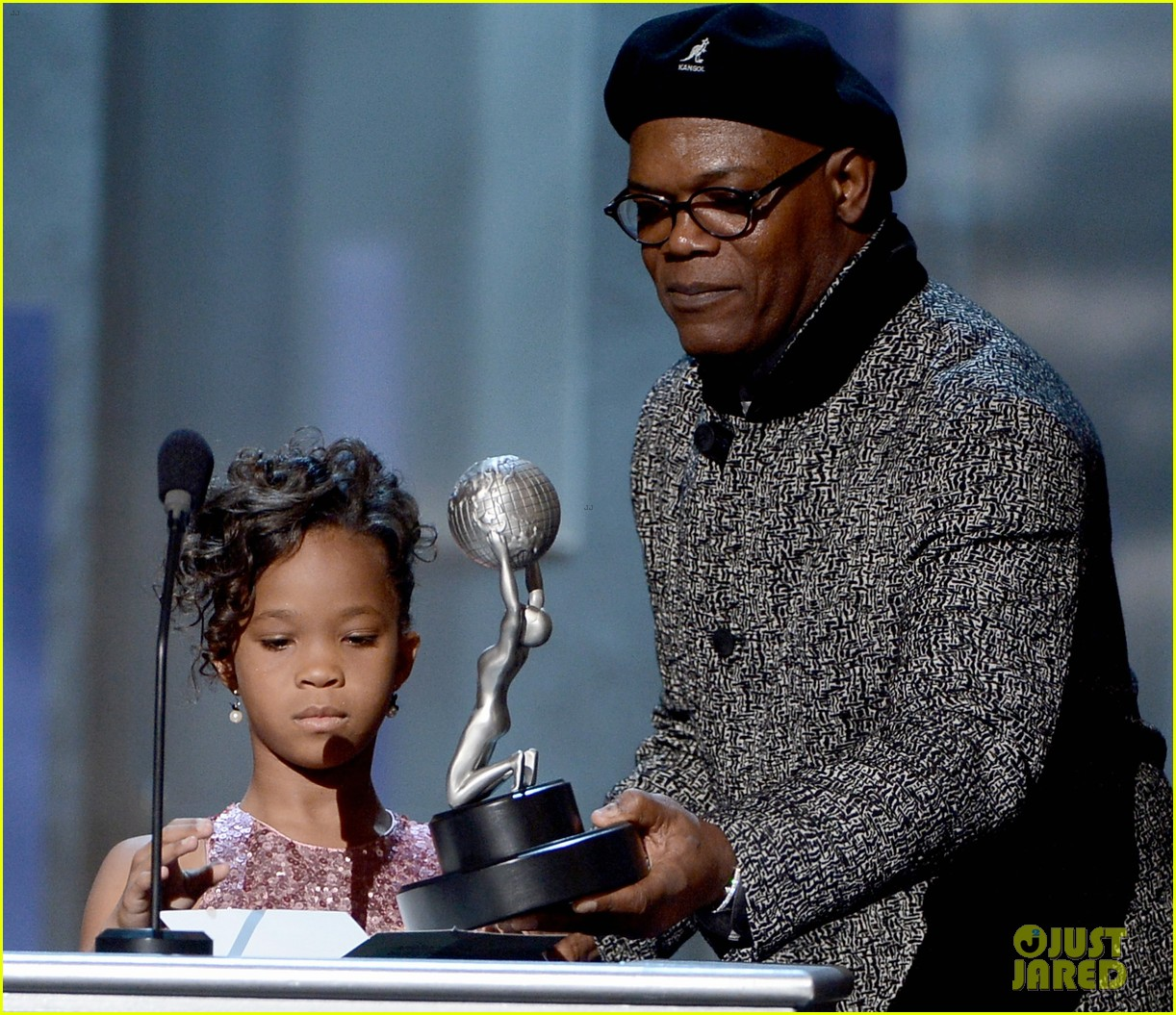 quvenzhane wallis accepts viola davis naacp award 022802858
