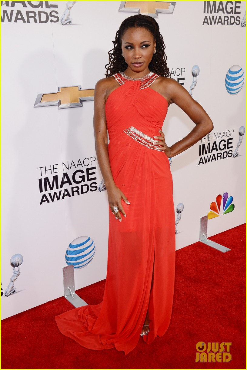 quvenzhane wallis accepts viola davis naacp award 032802859