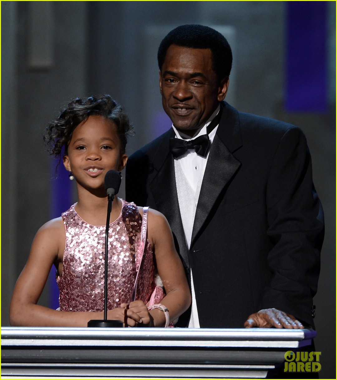 quvenzhane wallis accepts viola davis naacp award 10