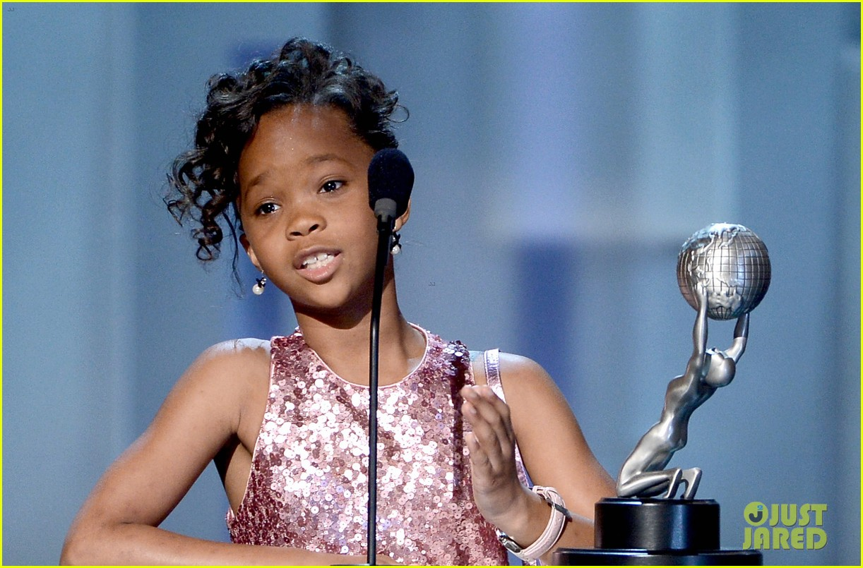 quvenzhane wallis accepts viola davis naacp award 13