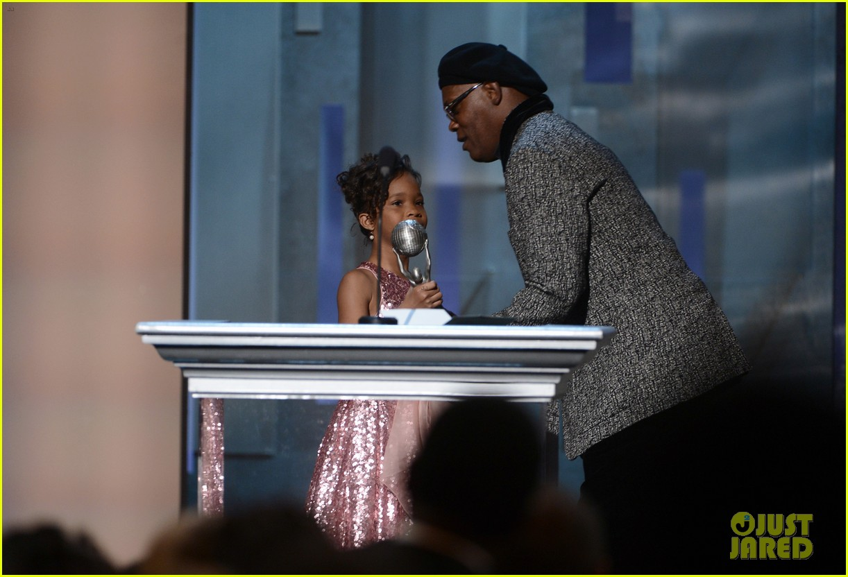 quvenzhane wallis accepts viola davis naacp award 162802872