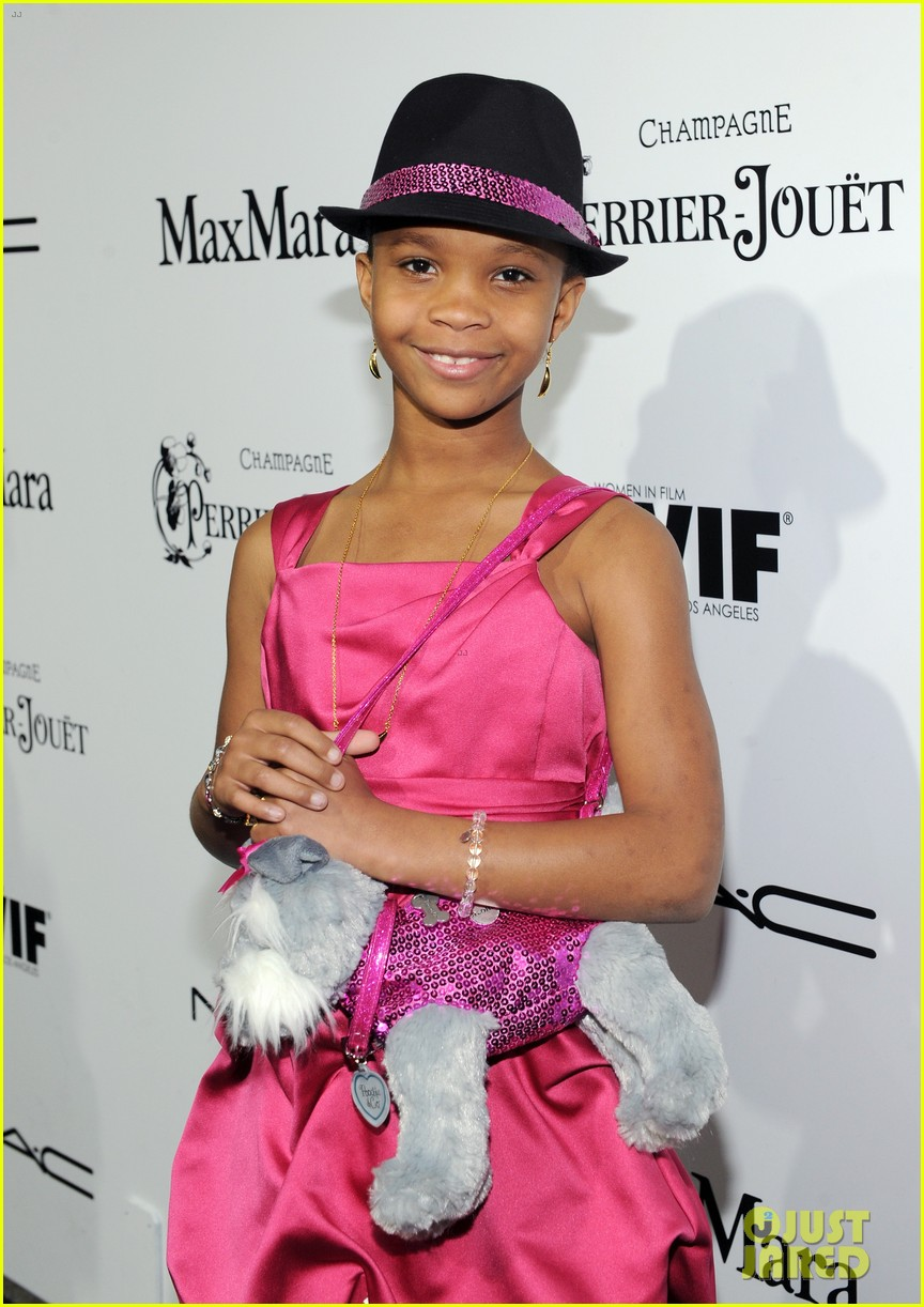 quvenzhane wallis puppy purse at pre oscars 2013 events 04