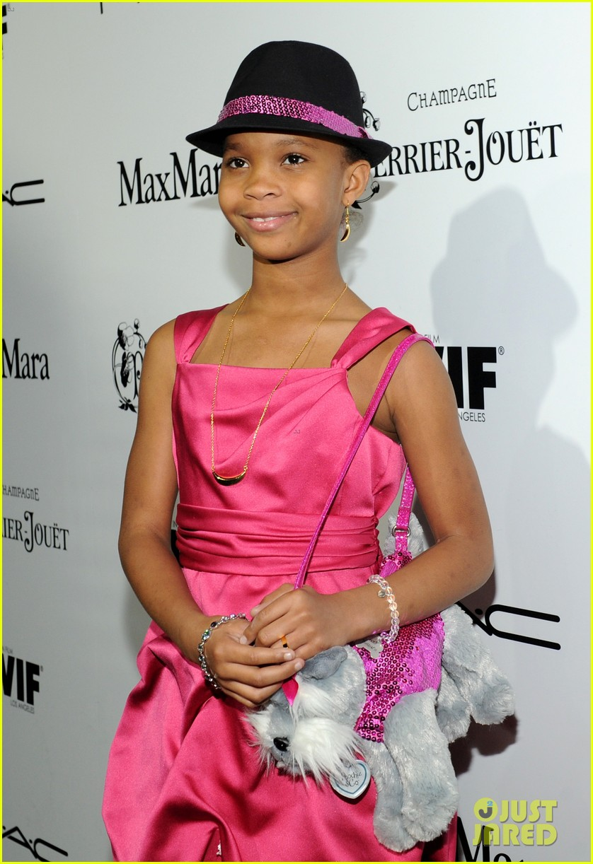quvenzhane wallis puppy purse at pre oscars 2013 events 082817645
