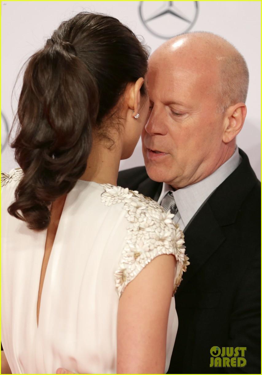 bruce willis emma heming die hard red carpet kiss 122804608