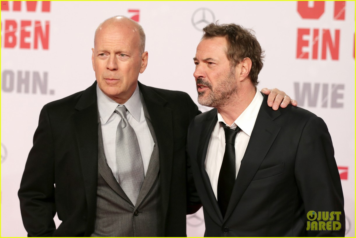 bruce willis emma heming die hard red carpet kiss 15