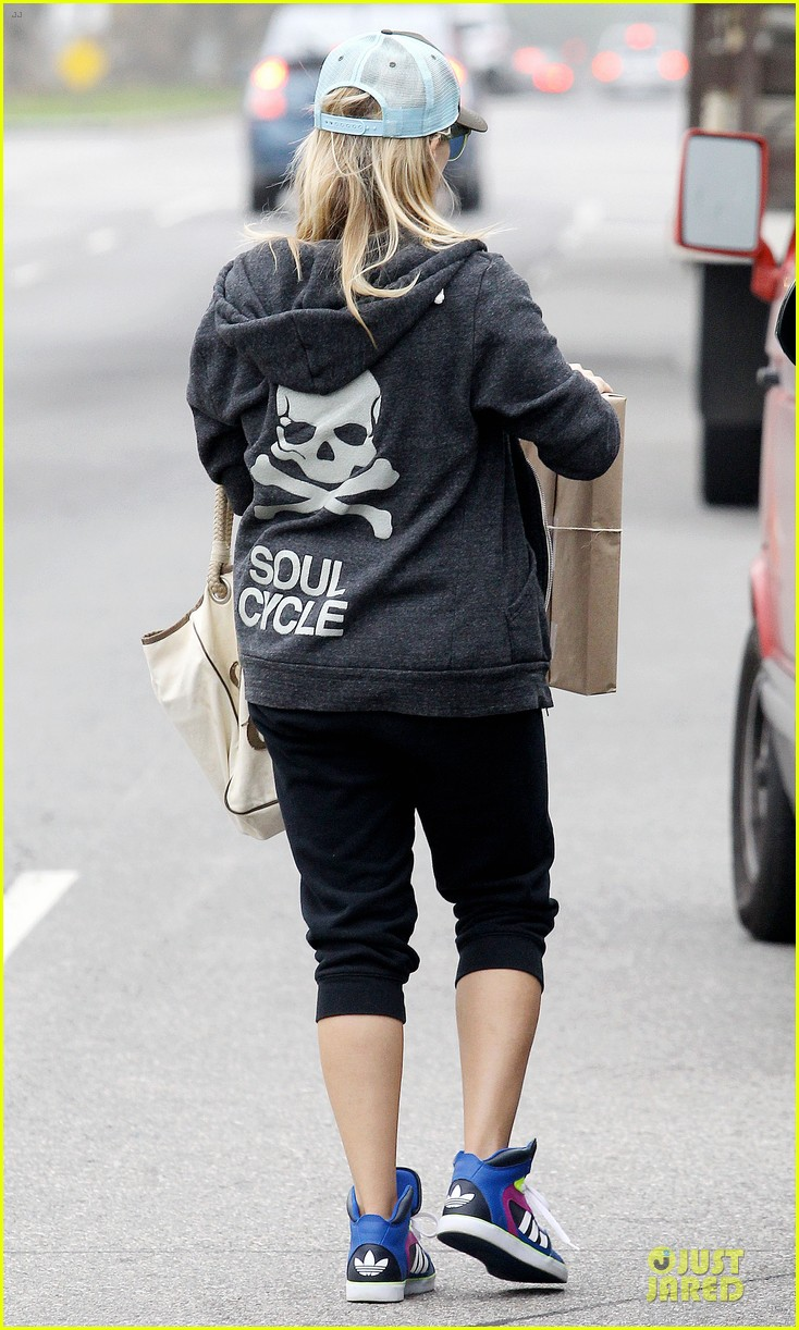 reese witherspoon soul cycle supporter 062805415
