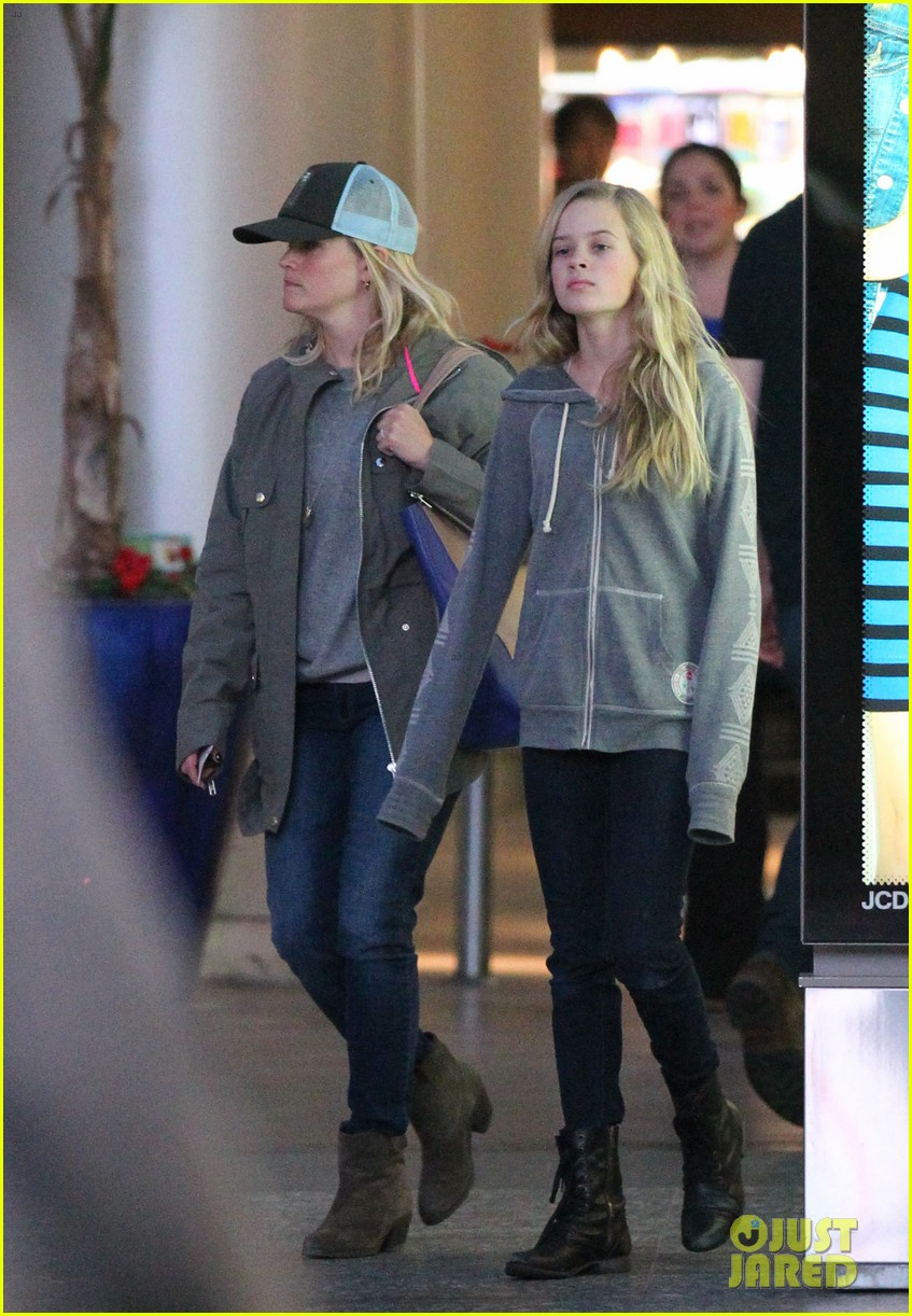 reese witherspoon shopping with ava 122803857