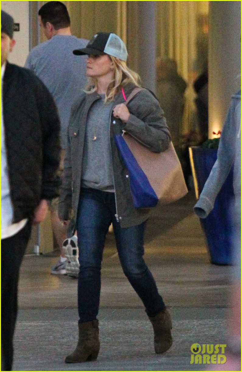 reese witherspoon shopping with ava 132803858