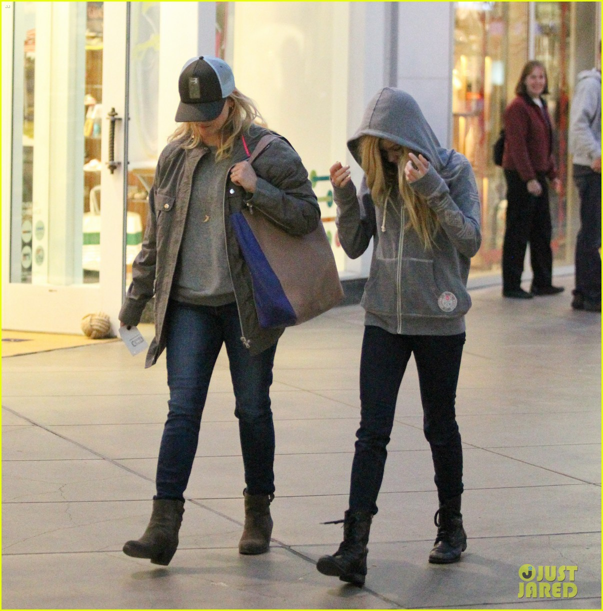 reese witherspoon shopping with ava 152803860
