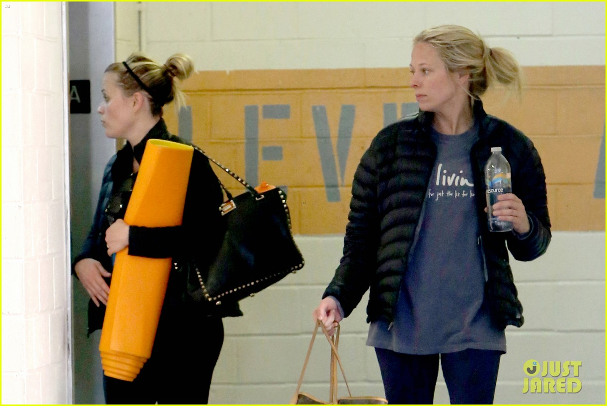 reese witherspoon shopping with ava 232803868