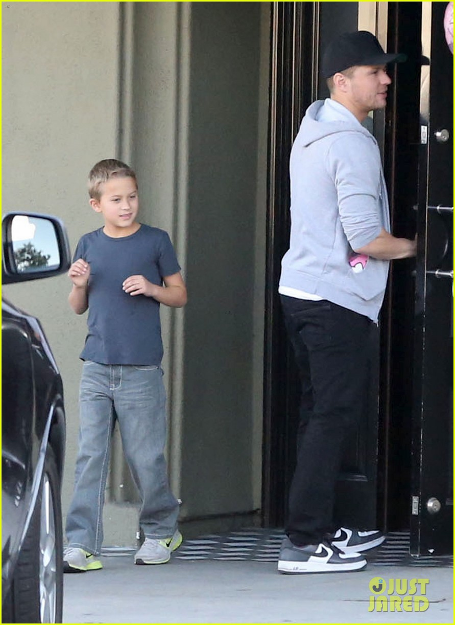 reese witherspoon hits salon ryan phillippe hangs with deacon 032810218