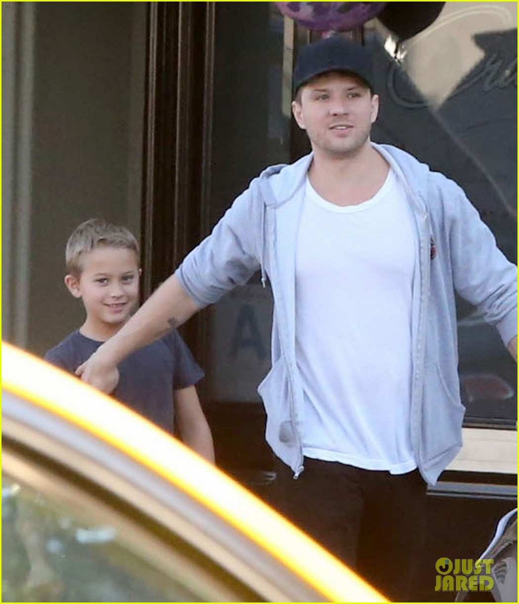 reese witherspoon hits salon ryan phillippe hangs with deacon 062810221