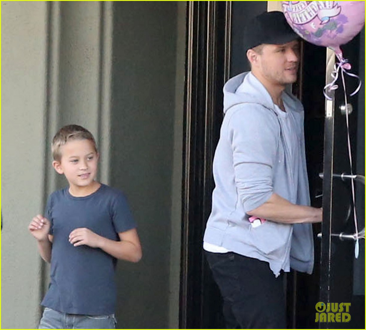 reese witherspoon hits salon ryan phillippe hangs with deacon 092810224