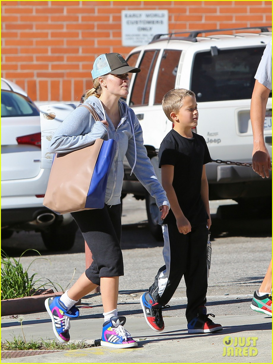 reese witherspoon weekend workout with deacon 022804565