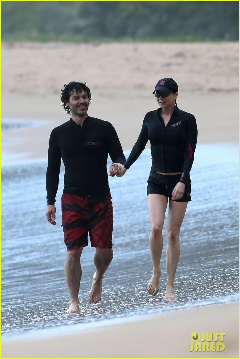 renee zellweger hawaii hand holding with doyle bramhall ii 192815697