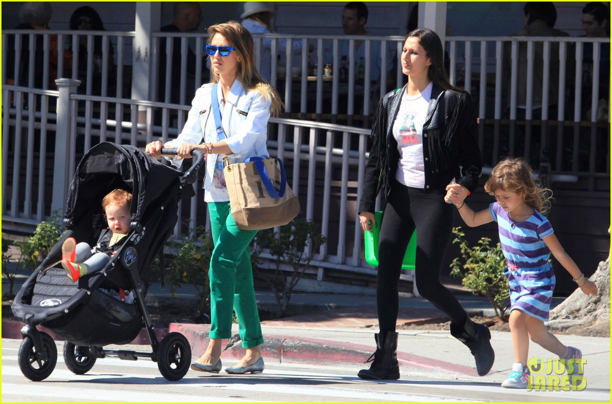 jessica alba le pain quotidien lunch with the kids 072840939