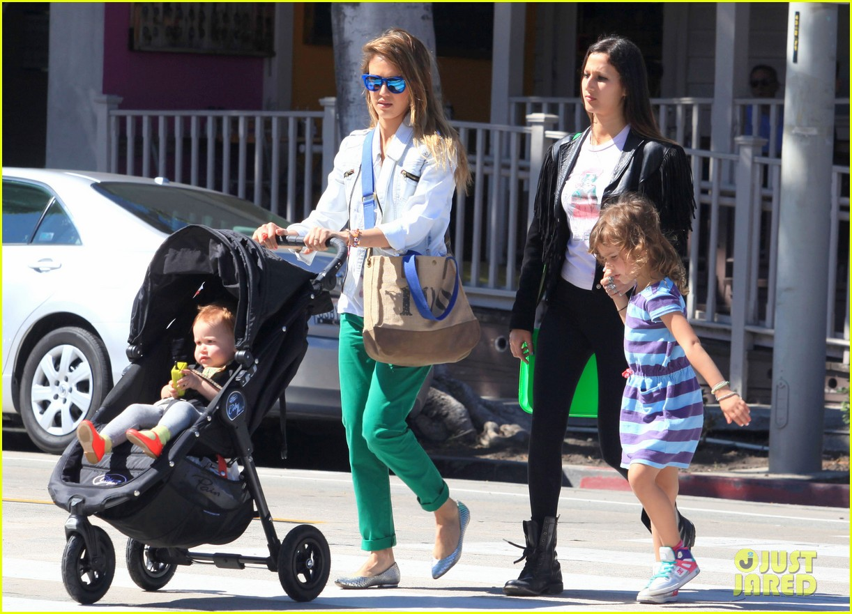 jessica alba le pain quotidien lunch with the kids 112840943