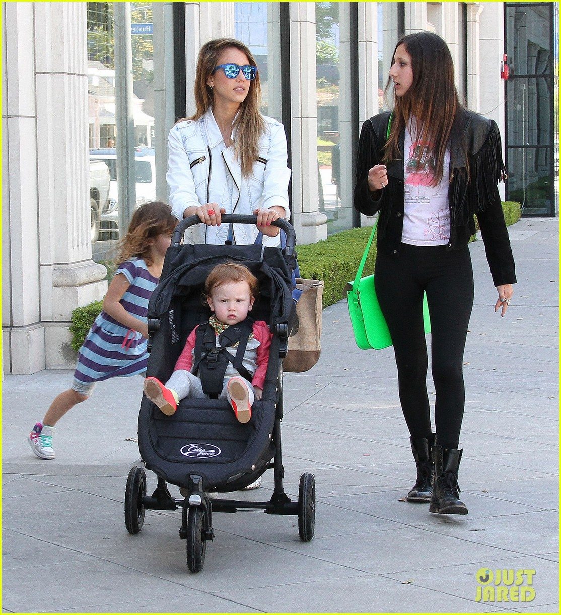 jessica alba le pain quotidien lunch with the kids 162840948