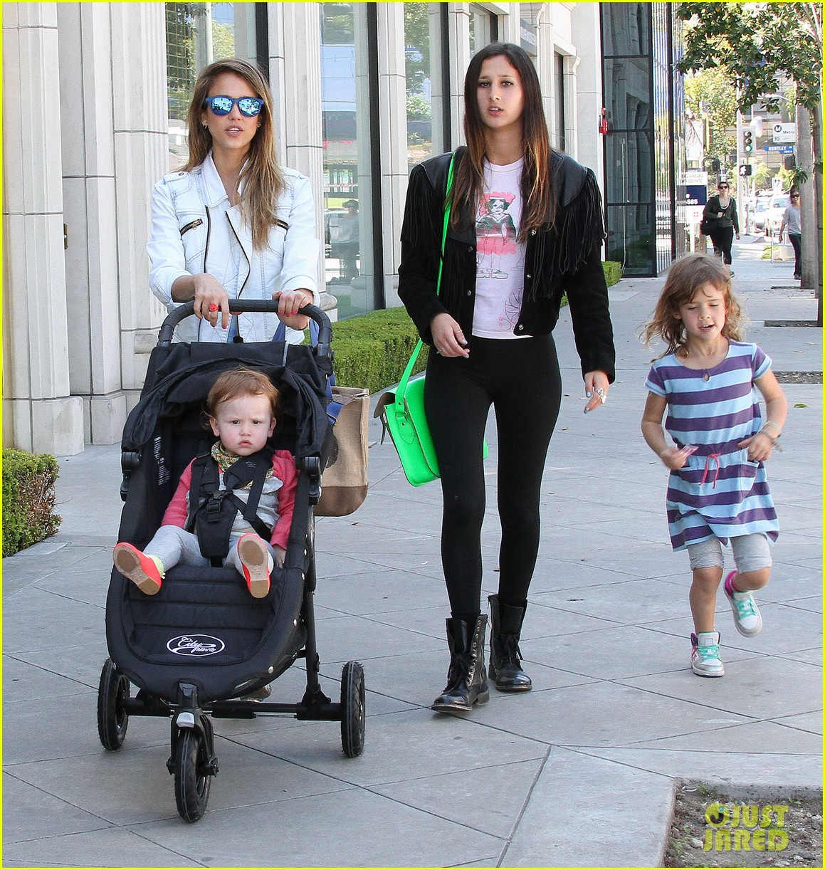 jessica alba le pain quotidien lunch with the kids 192840951