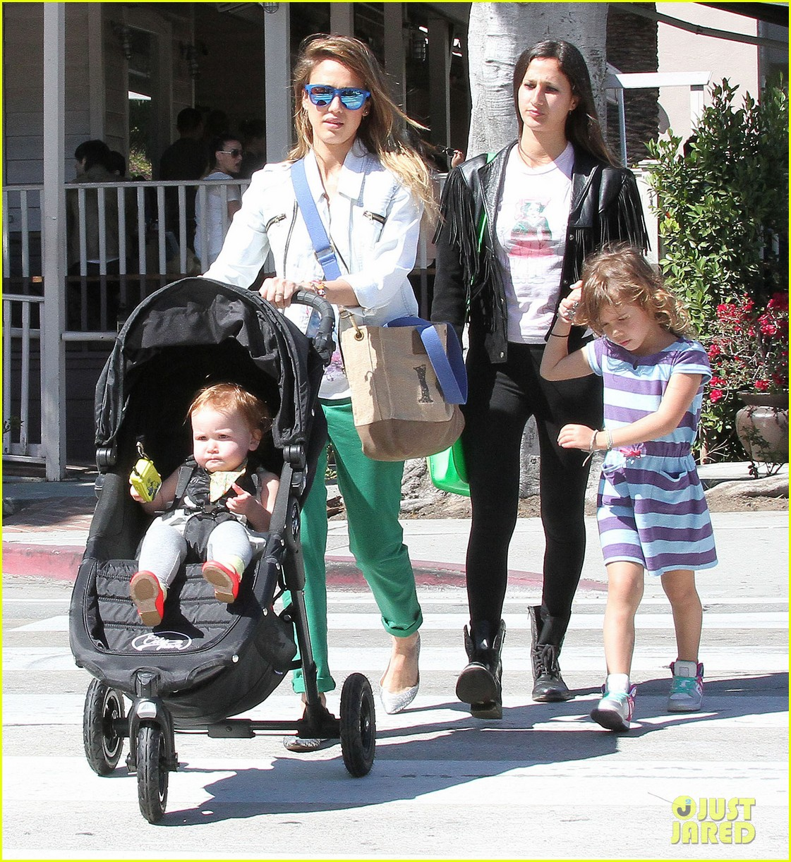jessica alba le pain quotidien lunch with the kids 272840959
