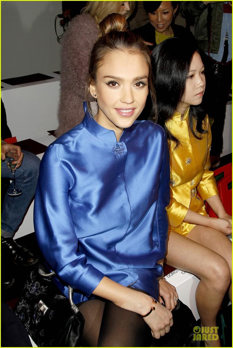 jessica alba shiatzy chen fashion show 082825637