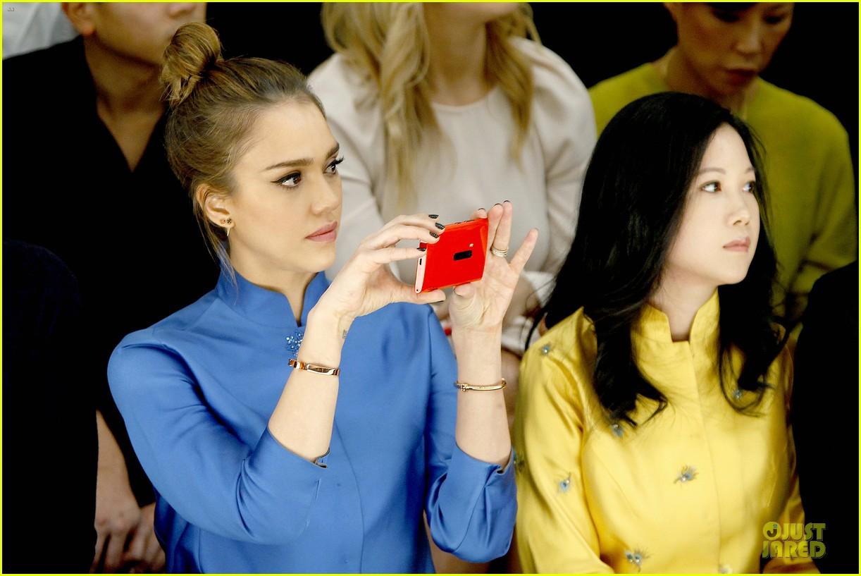 jessica alba shiatzy chen fashion show 102825639