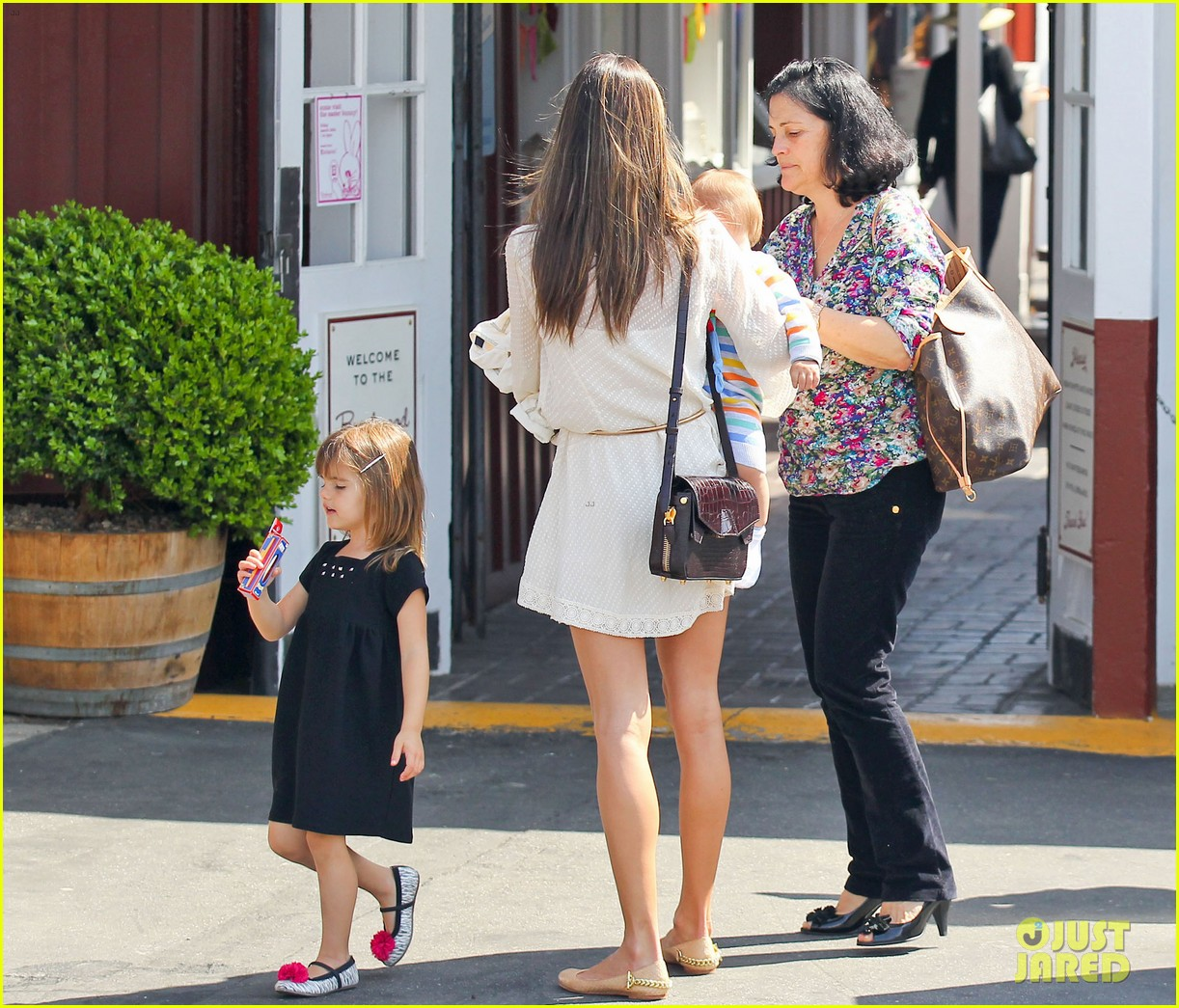 alessandra ambrosio country mart with the kids 072837833