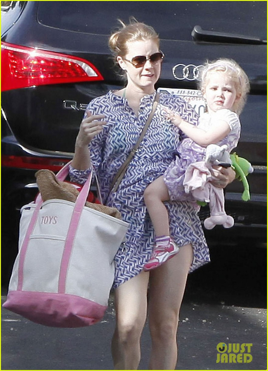 amy adams pool party with daughter aviana 10
