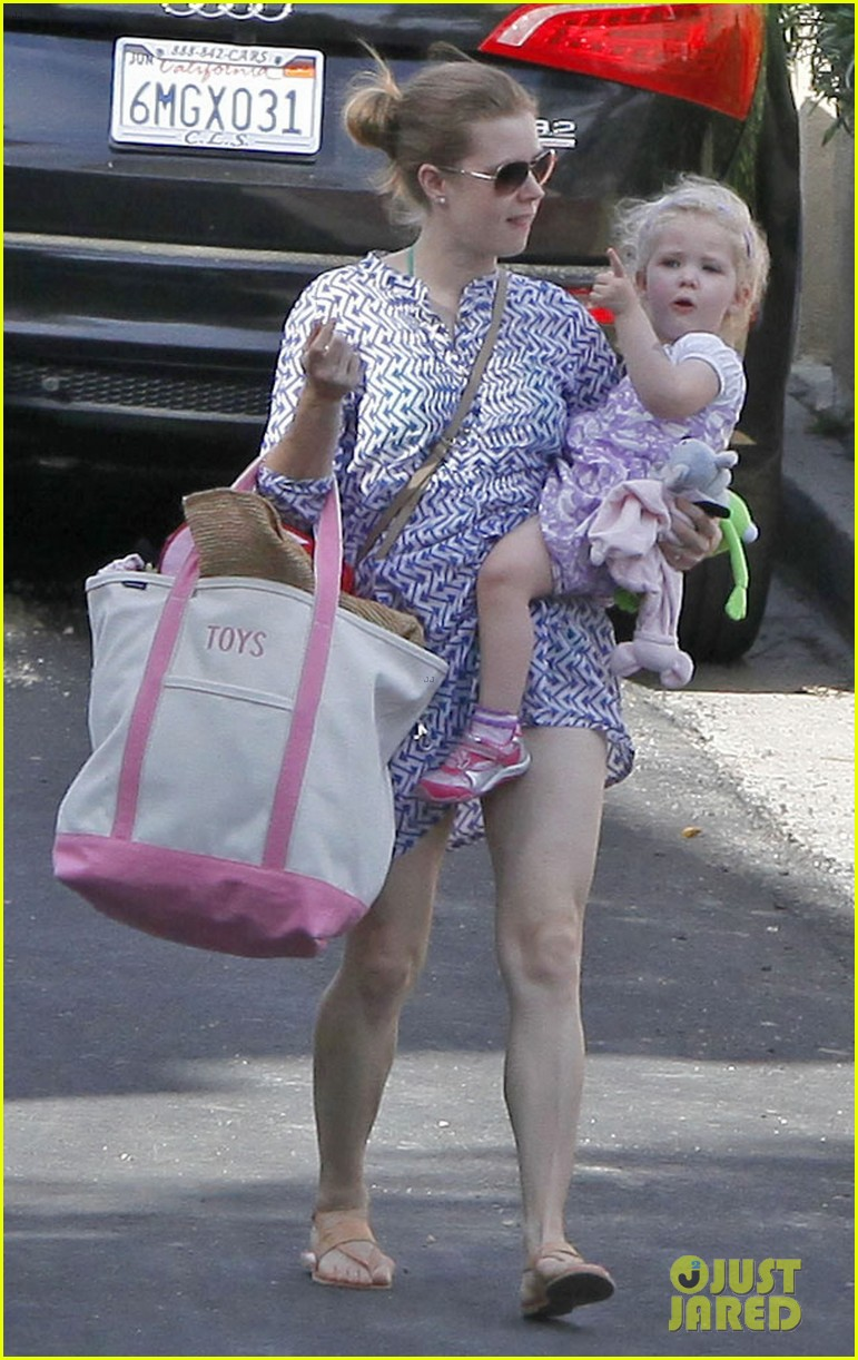 amy adams pool party with daughter aviana 122824118