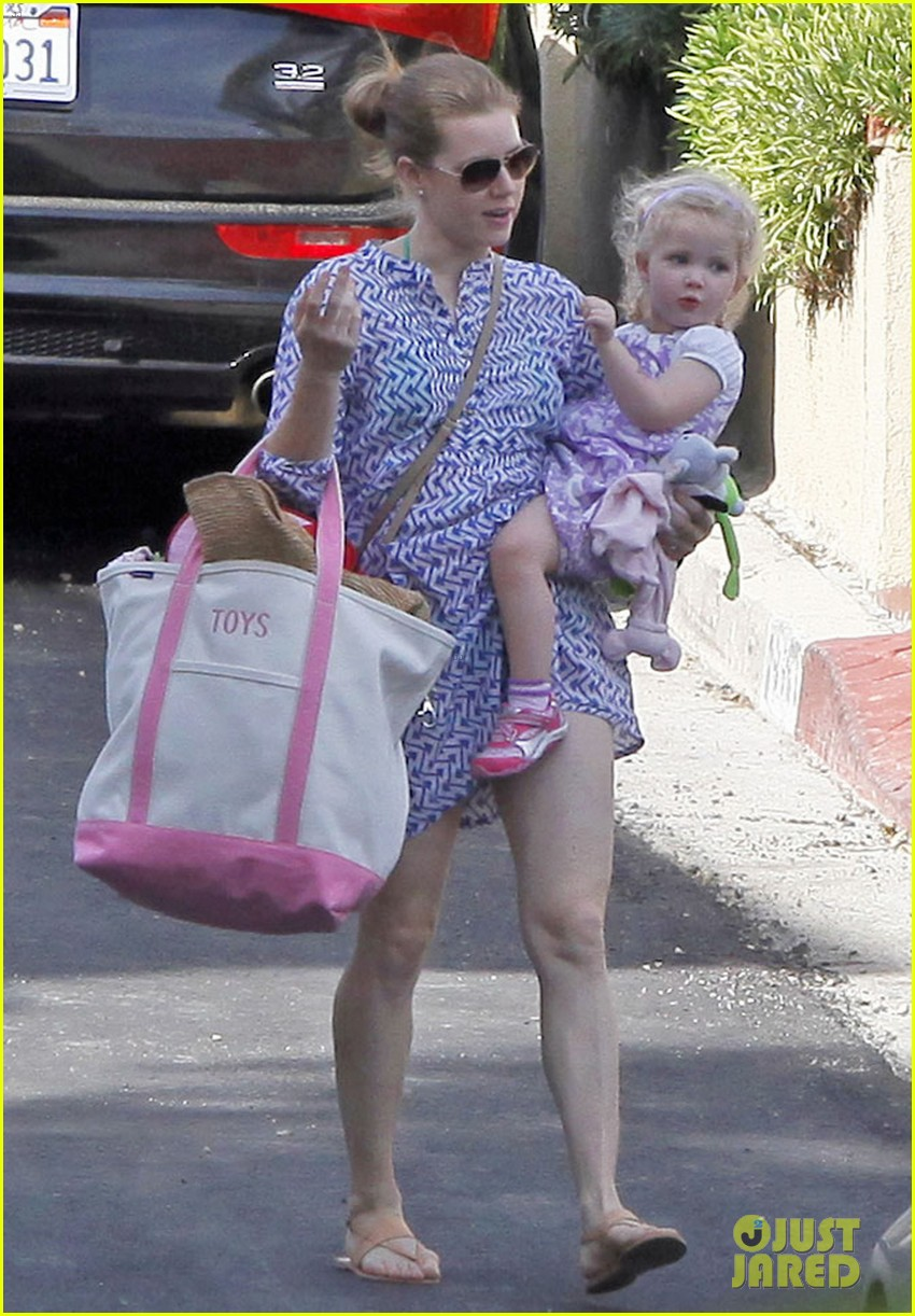 amy adams pool party with daughter aviana 132824119