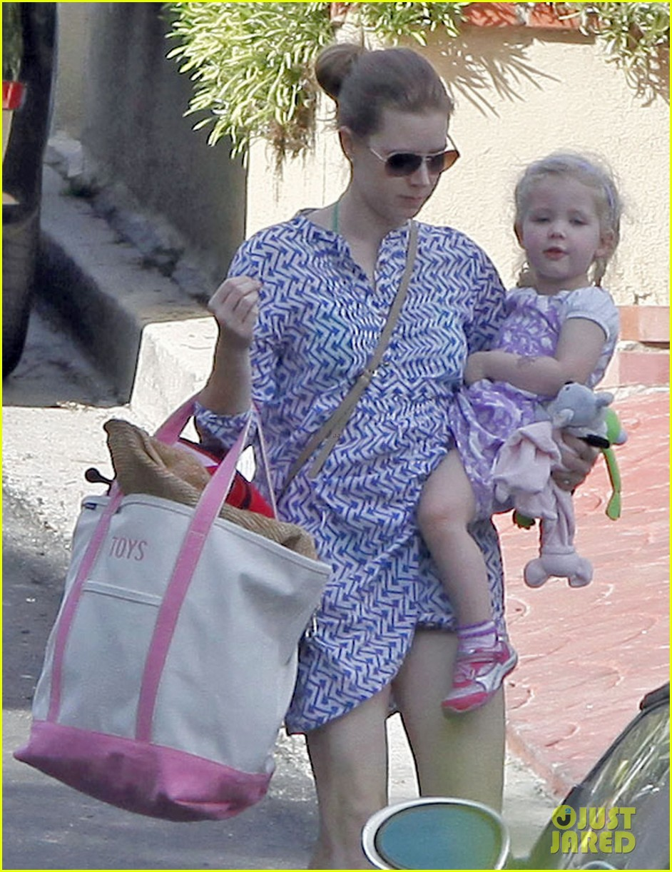 amy adams pool party with daughter aviana 162824122