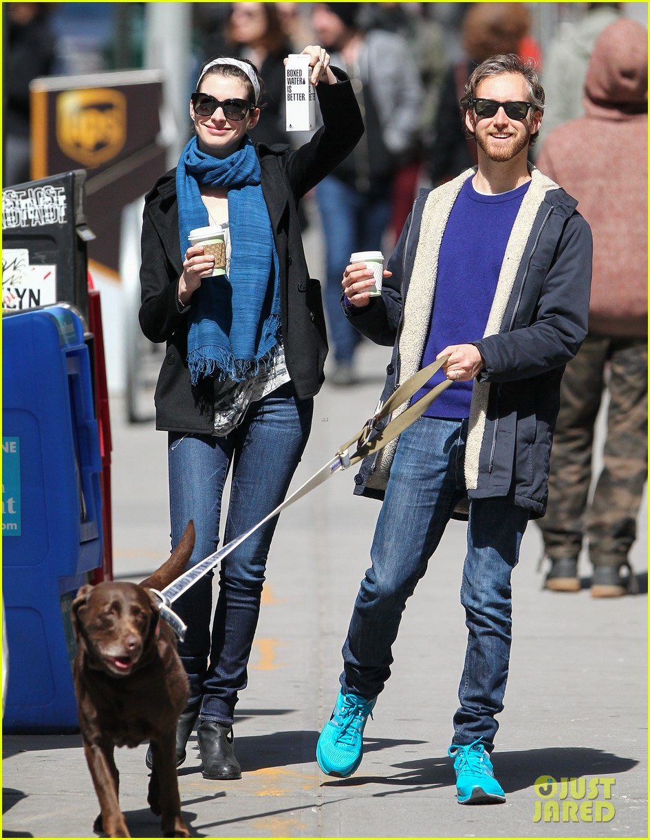 anne hathaway adam shulman dog walk in brooklyn 012840963
