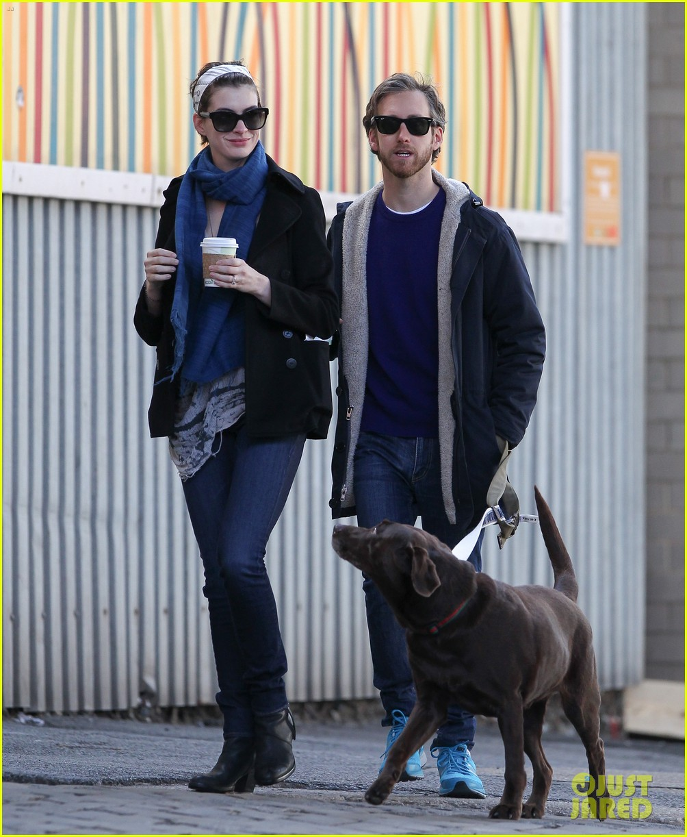 anne hathaway adam shulman dog walk in brooklyn 03