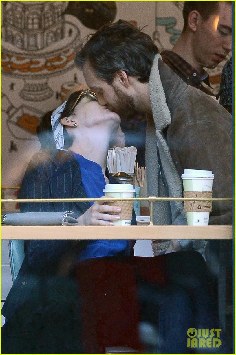 anne hathaway adam shulman brooklyn kissing couple 012828630